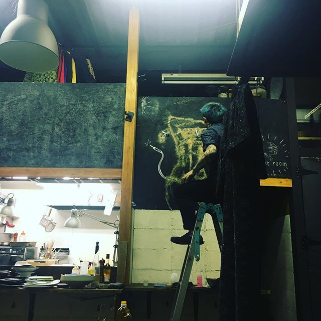 模様替え。 都内は20度を超えるトコロあったようで、ワイシャツ一枚の方もちらほら、、、 お昼頃は風が気持ちよかったので、店内の少しだけ気分を変えてみました。 2月はまた人も増えるので少しずつ変えていきます。 #aux#yoyogihachiman#yoyogikouen#headtotoe#rootsandreaves#kagoshima#cuisine#食堂#大衆#居酒屋#ガストロノミー#代々木八幡#代々木公園#九州#鹿児島#桜島#DIY#芋焼酎#日本酒#麦酒#自然派ワイン#テレキャス#JBL#美容室が二階#世田谷ボロ市#インダストリアル#梟#模様替え#夜は冷え込むよ - from Instagram