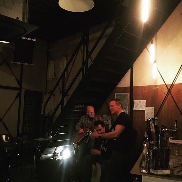 お客様歌うってよ。One of our customers singing with his guitar.aux#yoyogihachiman#yoyogikouen#headtotoe#rootsandreaves#kagoshima#kiyushuyu#cuisine#食堂#大衆#居酒屋#ガストロノミー#和洋折衷#代々木八幡#代々木公園#九州#鹿児島#桜島#DIY#芋焼酎#日本酒#麦酒#自然派ワイン#美容室が二階#JBL#テレキャス#guitar #live #ブルーチーズ - from Instagram